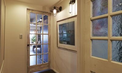 ワクワクするアートな廊下|個性溢れる家具とアートが融合するリゾートスタイルのセカンドハウス