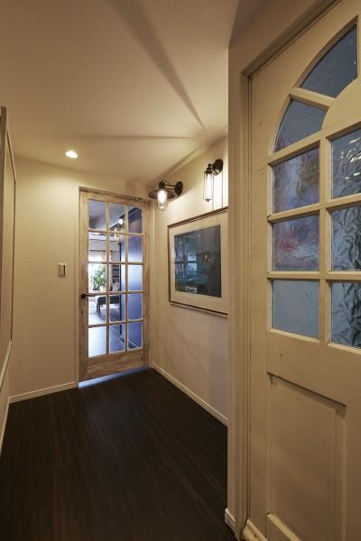 ワクワクするアートな廊下 (個性溢れる家具とアートが融合するリゾートスタイルのセカンドハウス)