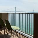 個性溢れる家具とアートが融合するリゾートスタイルのセカンドハウスの写真 雄大な海を臨める贅沢なバルコニー