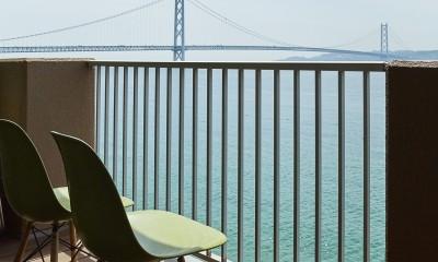 個性溢れる家具とアートが融合するリゾートスタイルのセカンドハウス (雄大な海を臨める贅沢なバルコニー)