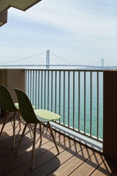 雄大な海を臨める贅沢なバルコニー (個性溢れる家具とアートが融合するリゾートスタイルのセカンドハウス)