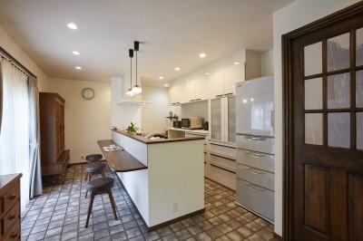 アンティークな雰囲気のおしゃれなアイランドキッチン (お庭の景観を活かした親戚やご家族が集う居心地のいい住まい)