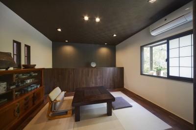 和モダンでレトロの雰囲気のある和室 (お庭の景観を活かした親戚やご家族が集う居心地のいい住まい)