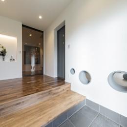 収納にこだわったプランで家事効率が劇的にアップ!アイランドキッチンが中心の快適空間 (エントランスホール)