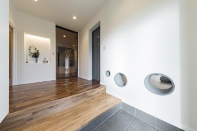 エントランスホール (収納にこだわったプランで家事効率が劇的にアップ!アイランドキッチンが中心の快適空間)