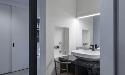 収納にこだわったプランで家事効率が劇的にアップ!アイランドキッチンが中心の快適空間 (脱衣所から独立の洗面コーナー)