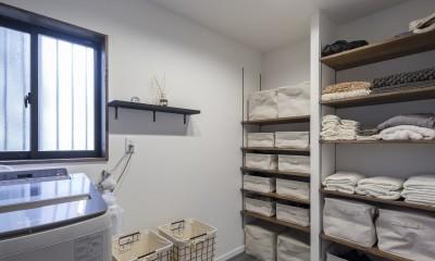 収納にこだわったプランで家事効率が劇的にアップ!アイランドキッチンが中心の快適空間 (収納も豊富、広々とした脱衣所)