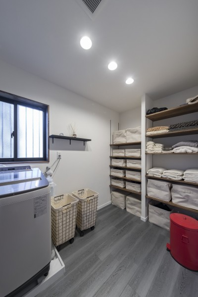 収納も豊富、広々とした脱衣所 (収納にこだわったプランで家事効率が劇的にアップ!アイランドキッチンが中心の快適空間)
