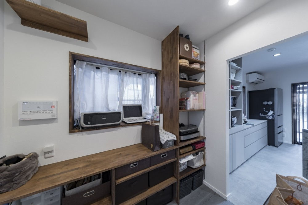 収納にこだわったプランで家事効率が劇的にアップ!アイランドキッチンが中心の快適空間 (パントリー・多目的コーナー)