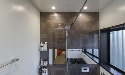 収納にこだわったプランで家事効率が劇的にアップ!アイランドキッチンが中心の快適空間 (スタイリッシュで落ち着きのあるバスルーム)