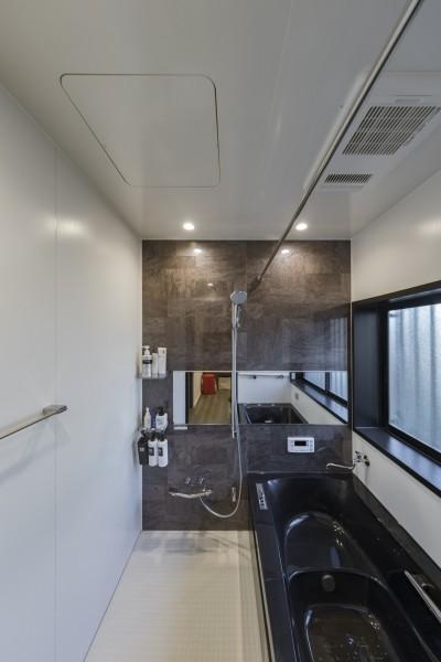 スタイリッシュで落ち着きのあるバスルーム (収納にこだわったプランで家事効率が劇的にアップ!アイランドキッチンが中心の快適空間)