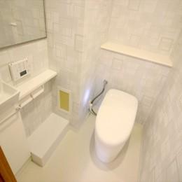 爽やかで明るい白のリビング (トイレ)