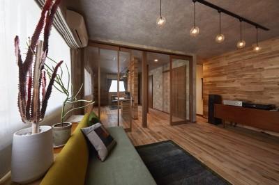 大きな開口の建具と無垢材のアクセント壁で開放感のある暖かな空間を演出 (愛犬と快適に暮らせる工夫を凝らしたペットリフォーム)