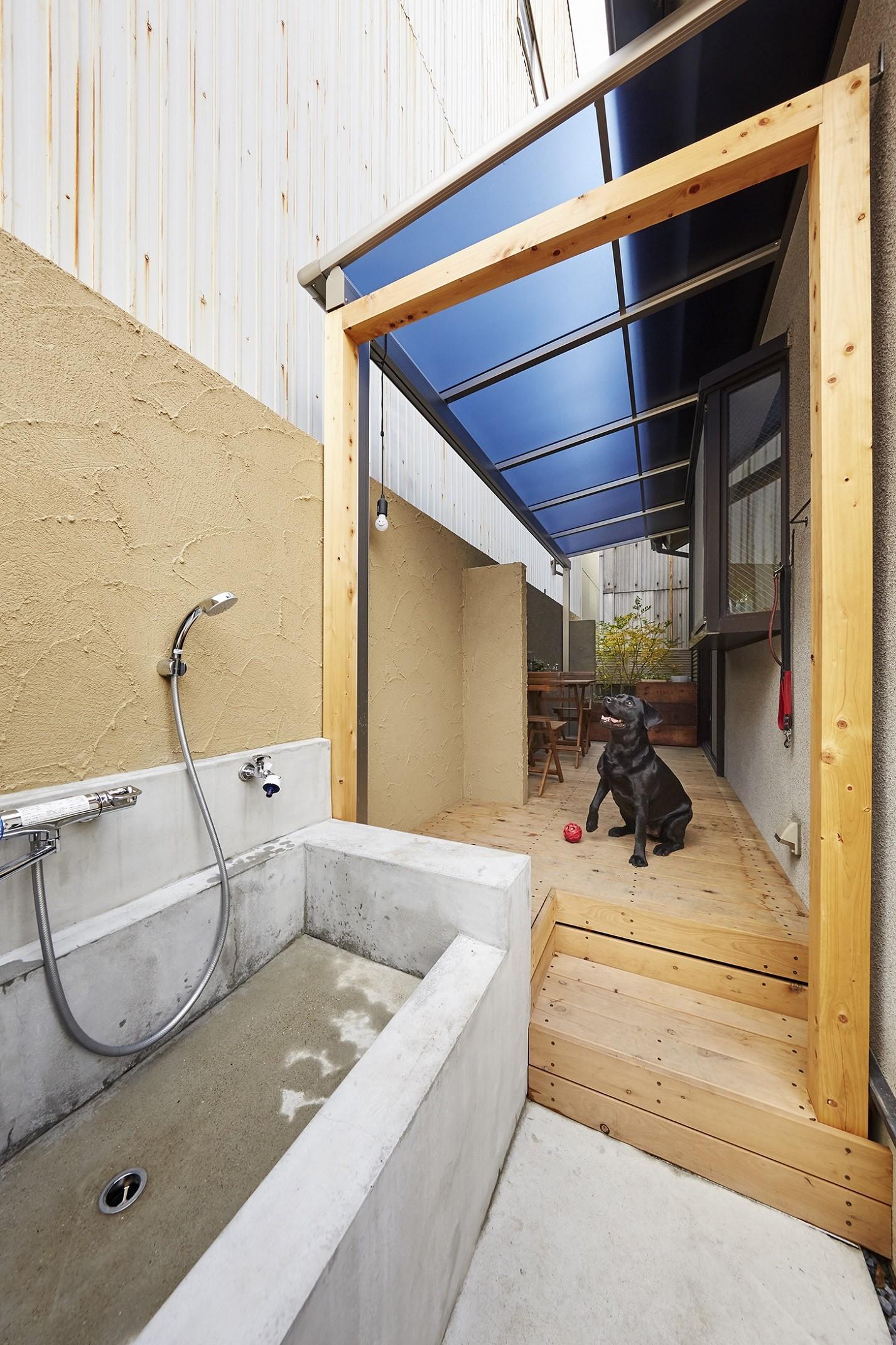 アウトドア事例:雨の日も大活躍のテラス(愛犬と快適に暮らせる工夫を凝らしたペットリフォーム)