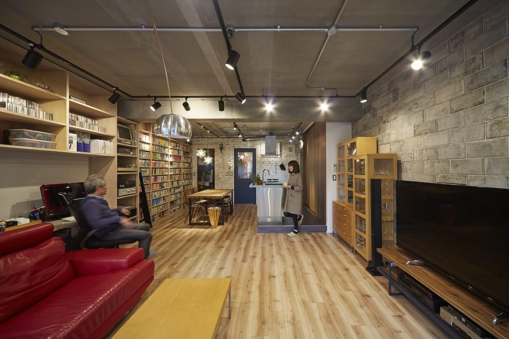 スケルトン天井で秘密基地のような独創空間リビング (おうち図書館×大人の秘密基地がテーマのこだわりの住まい)