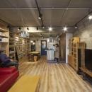 おうち図書館×大人の秘密基地がテーマのこだわりの住まいの写真 スケルトン天井で秘密基地のような独創空間リビング