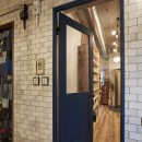 おうち図書館×大人の秘密基地がテーマのこだわりの住まいの写真 存在感のあるリビングドア