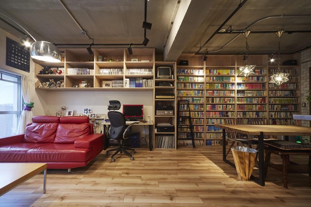 おうち図書館×大人の秘密基地がテーマのこだわりの住まい (無骨な内装が雰囲気のある空間を演出)