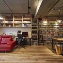 おうち図書館×大人の秘密基地がテーマのこだわりの住まいの写真 無骨な内装が雰囲気のある空間を演出