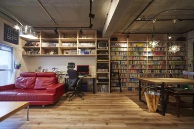 無骨な内装が雰囲気のある空間を演出 (おうち図書館×大人の秘密基地がテーマのこだわりの住まい)