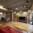 おうち図書館×大人の秘密基地がテーマのこだわりの住まいの写真 レンガ調のタイルと木目の家具でバランスのとれたリビングに