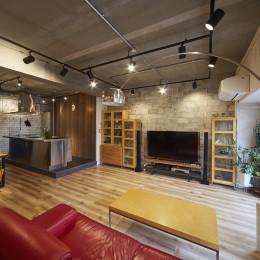 レンガ調のタイルと木目の家具でバランスのとれたリビングに (おうち図書館×大人の秘密基地がテーマのこだわりの住まい)