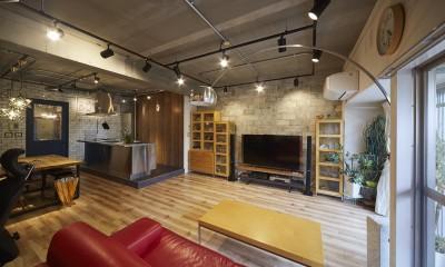 レンガ調のタイルと木目の家具でバランスのとれたリビングに|おうち図書館×大人の秘密基地がテーマのこだわりの住まい