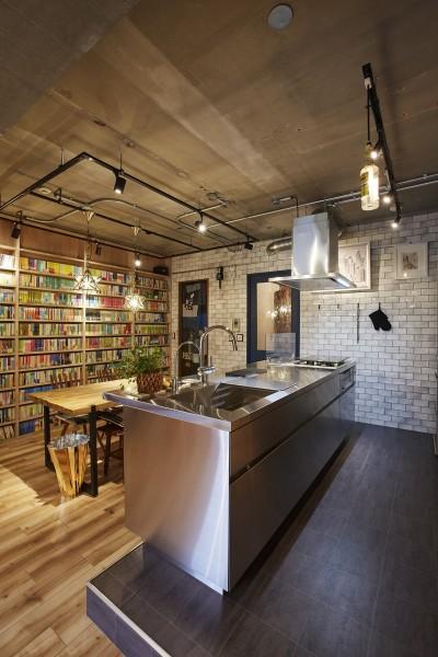 インダストリアルな雰囲気のキッチン空間 (おうち図書館×大人の秘密基地がテーマのこだわりの住まい)