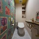 おうち図書館×大人の秘密基地がテーマのこだわりの住まいの写真 ナタリーレテの壁紙がインパクト大のポップなトイレ空間