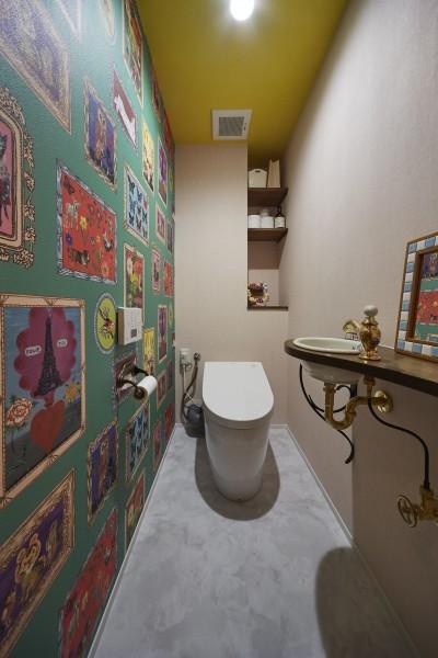 ナタリーレテの壁紙がインパクト大のポップなトイレ空間 (おうち図書館×大人の秘密基地がテーマのこだわりの住まい)