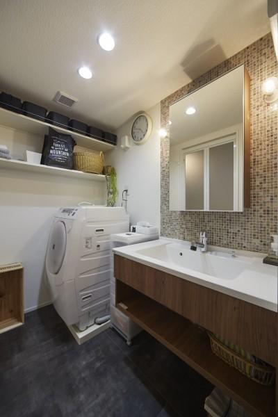 ベネツィアンガラスのモザイクタイルがお洒落な洗面空間 (おうち図書館×大人の秘密基地がテーマのこだわりの住まい)
