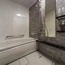 おうち図書館×大人の秘密基地がテーマのこだわりの住まいの写真 お掃除が楽になりキレイを保つ人工大理石浴槽の浴室