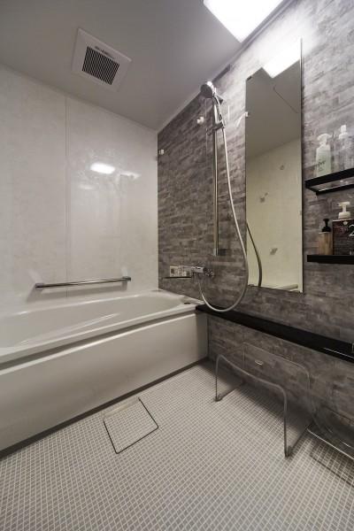 お掃除が楽になりキレイを保つ人工大理石浴槽の浴室 (おうち図書館×大人の秘密基地がテーマのこだわりの住まい)