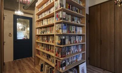 おうち図書館×大人の秘密基地がテーマのこだわりの住まい (ライブラリースペースのある玄関廊下)