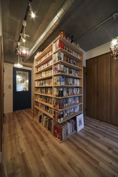 ライブラリースペースのある玄関廊下 (おうち図書館×大人の秘密基地がテーマのこだわりの住まい)