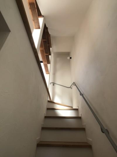 1階から2階へ (趣味と暮らしやすさにこだわった「自分たちのため」の家)