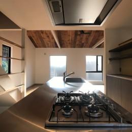 趣味と暮らしやすさにこだわった「自分たちのため」の家 (キッチン)