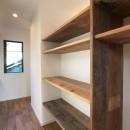 趣味と暮らしやすさにこだわった「自分たちのため」の家の写真 パントリー兼家事スペース