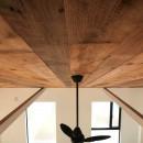 趣味と暮らしやすさにこだわった「自分たちのため」の家の写真 天井
