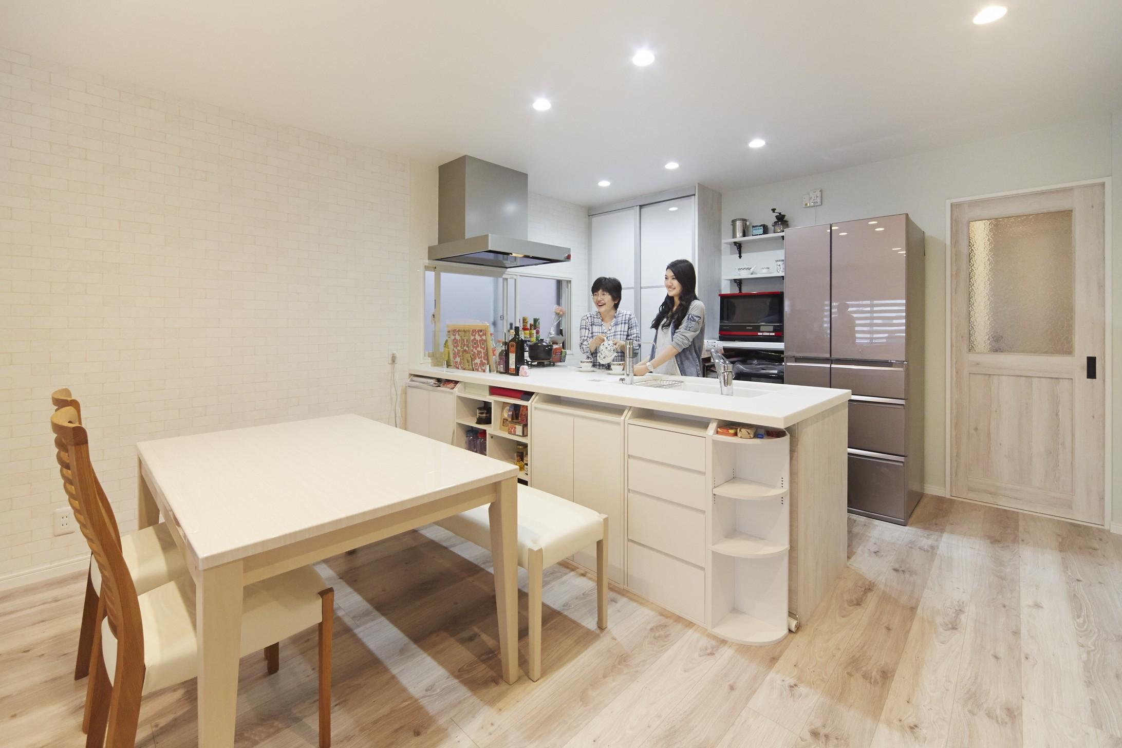 キッチン事例:独立キッチンから家族と会話も弾む対面キッチンへ(理想の北欧ナチュラルが実現した家族の笑顔が満ちる家)