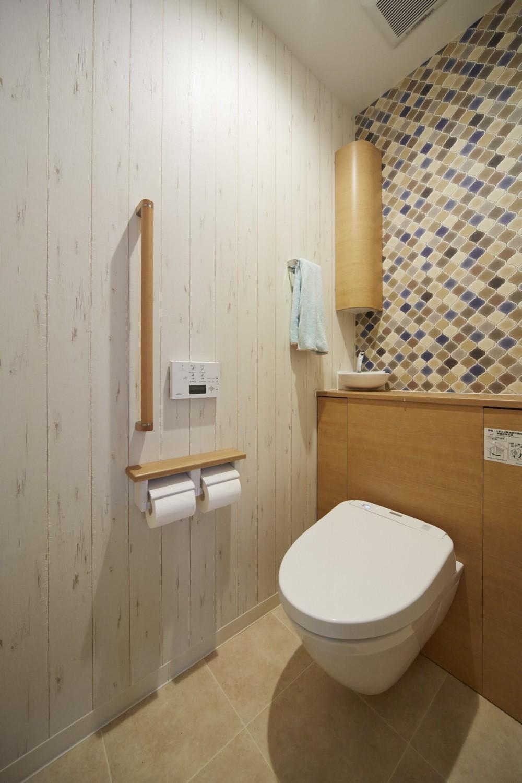 理想の北欧ナチュラルが実現した家族の笑顔が満ちる家 (温かみのあるホワイトオークでトイレを北欧ナチュラルに彩る)