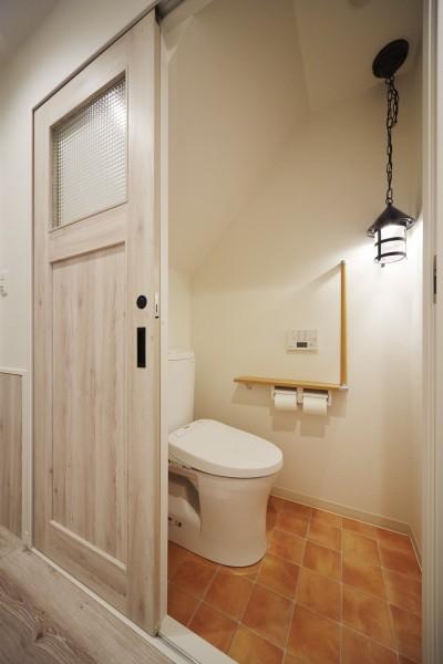 アンティーク調のペンダントライトでナチュラルなトイレ (理想の北欧ナチュラルが実現した家族の笑顔が満ちる家)