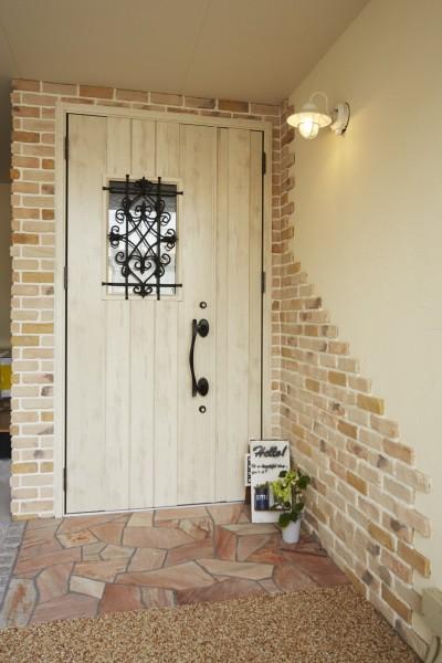 レンガの風合いを楽しめる可愛い玄関 (理想の北欧ナチュラルが実現した家族の笑顔が満ちる家)