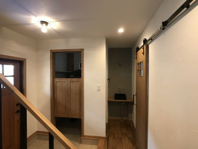 玄関とシューズインクローゼット (葉山でのんびり暮らす終の棲家)