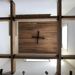 葉山でのんびり暮らす終の棲家 (吹き抜けの梁と木張りの天井)