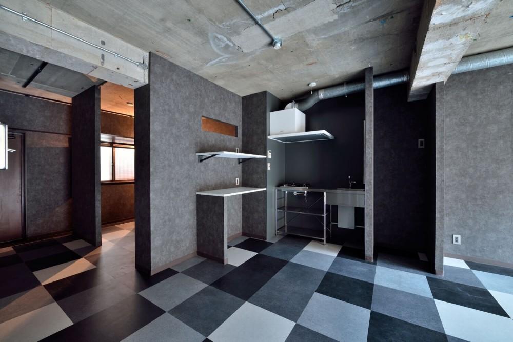 モノトーンで空間を彩り、4色のフロアタイルが印象的な海外スタイルリノベーション (キッチン)