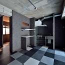 モノトーンで空間を彩り、4色のフロアタイルが印象的な海外スタイルリノベーションの写真 キッチン