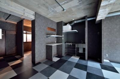 キッチン (モノトーンで空間を彩り、4色のフロアタイルが印象的な海外スタイルリノベーション)
