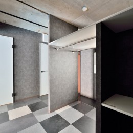 モノトーンで空間を彩り、4色のフロアタイルが印象的な海外スタイルリノベーション (寝室)