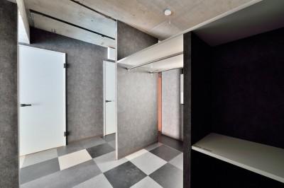寝室 (モノトーンで空間を彩り、4色のフロアタイルが印象的な海外スタイルリノベーション)